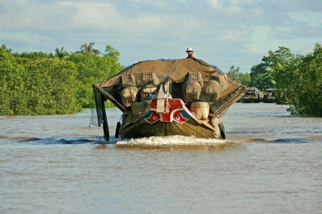 Voll beladen über den Mekong