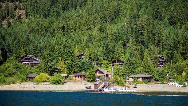 Die idyllische Strathcona Lodge © Diamir