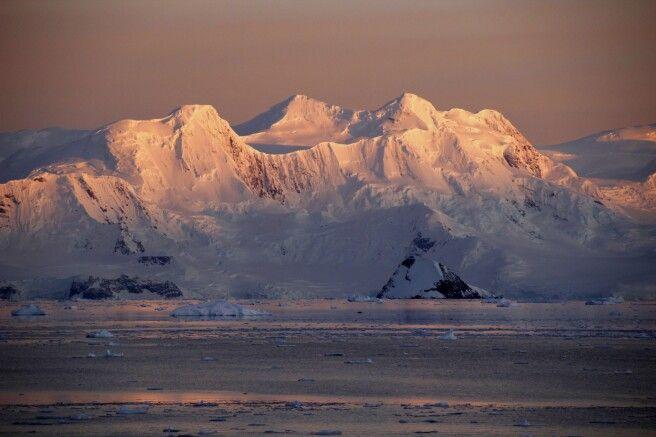Vereiste Berge im ersten Sonnenlicht