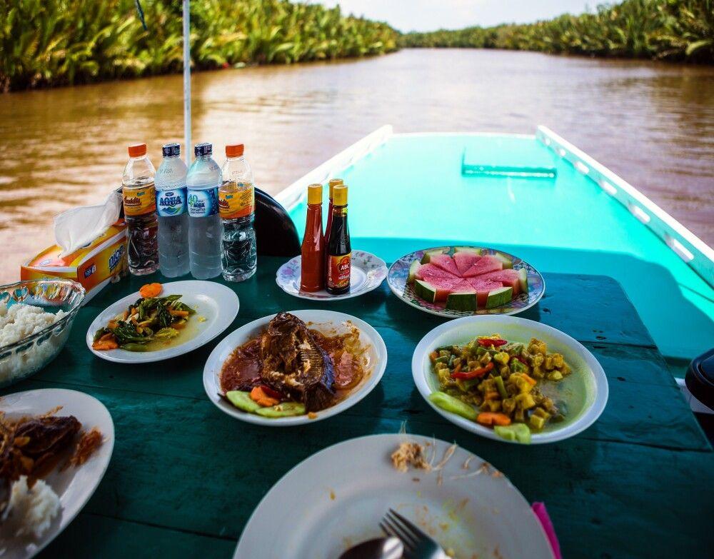 Dschungelbuffet auf dem Boot in Kalimantan