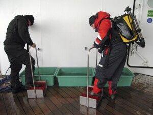 Nach der Rückkehr an Bord werden die Stiefel gesäubert