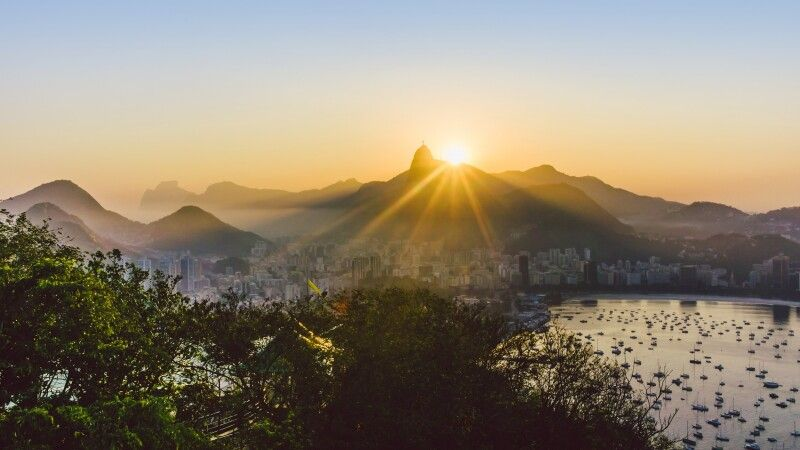 Sonnenuntergang hinter Corcovado in Rio de Janeiro © Diamir