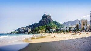 Ipanema-Strand mit Berg Dois Irmaos in Rio de Janeiro