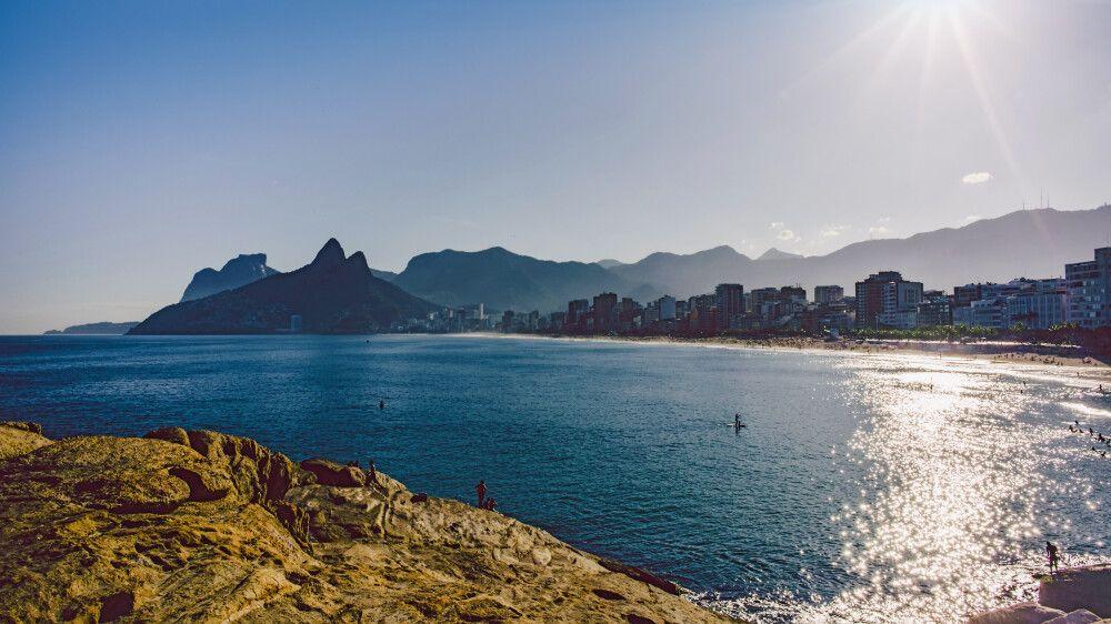 Blick auf den Ipanema-Strand vom Arpoador in Rio de Janeiro