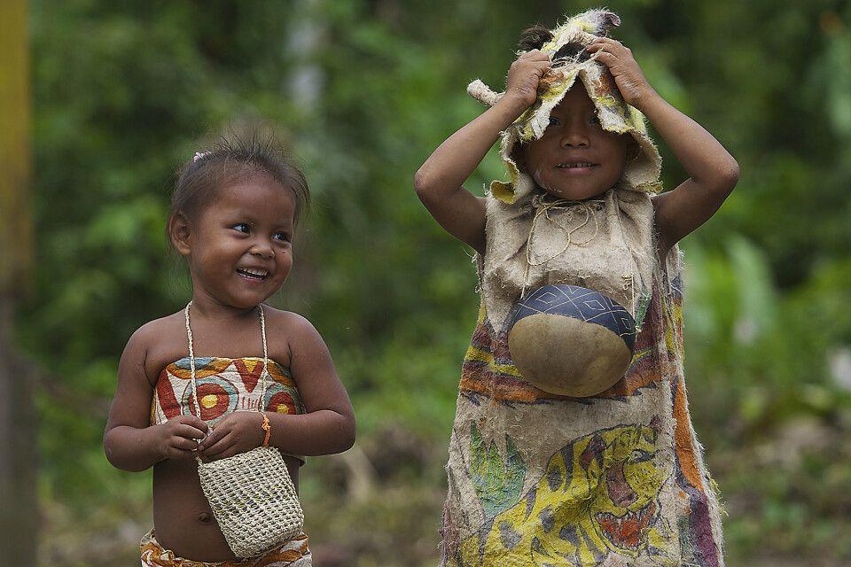 Fröhliche Kinder im Amazonasgebiet