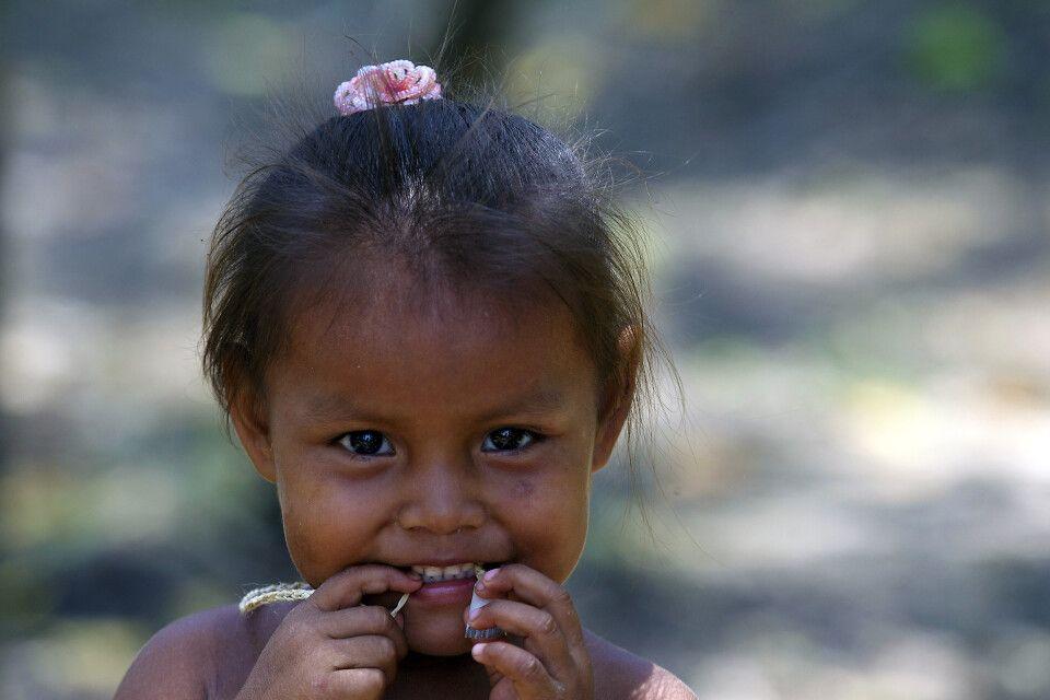Indigenes Mädchen im Amazonasgebiet