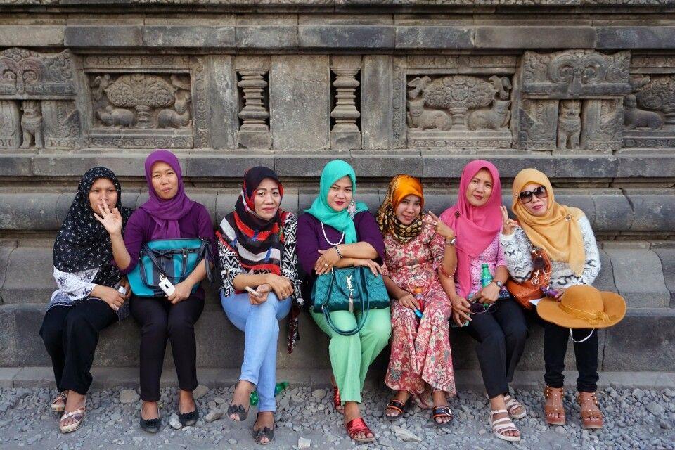 freundliche Indonesierinnen am Prambanan