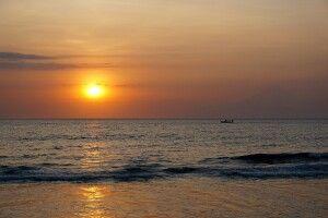 Sonnenuntergang am Strand von Lombok mit Blick auf den Vulkan Agung auf Bali