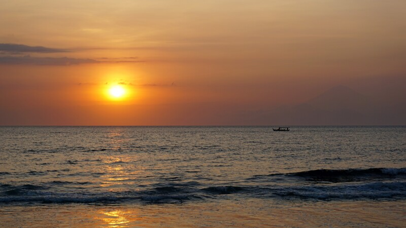 Sonnenuntergang am Strand von Lombok mit Blick auf den Vulkan Agung auf Bali © Diamir