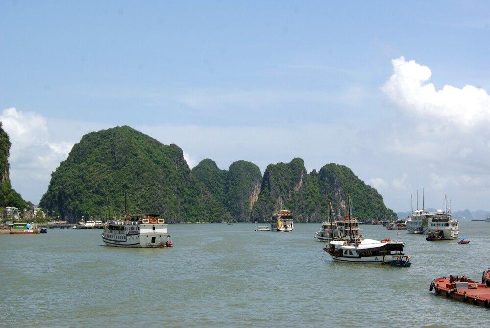 Die malerischen Halongbucht mit vielen Booten