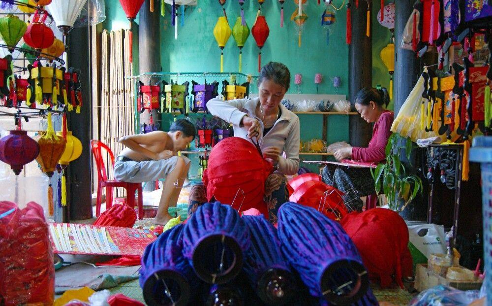 Herstellung von Lampions in Handarbeit