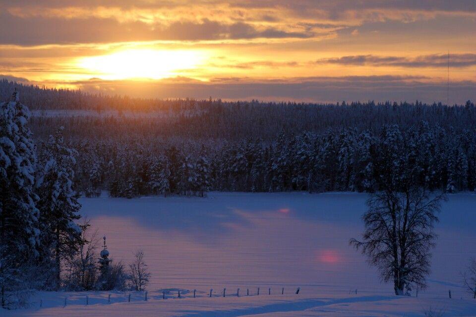 Abend im verschneiten Lappland