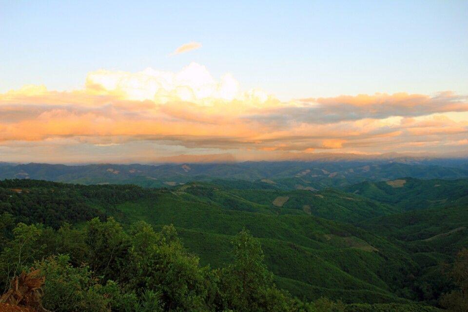 Sonnenuntergang in den Bergen von Nordlaos