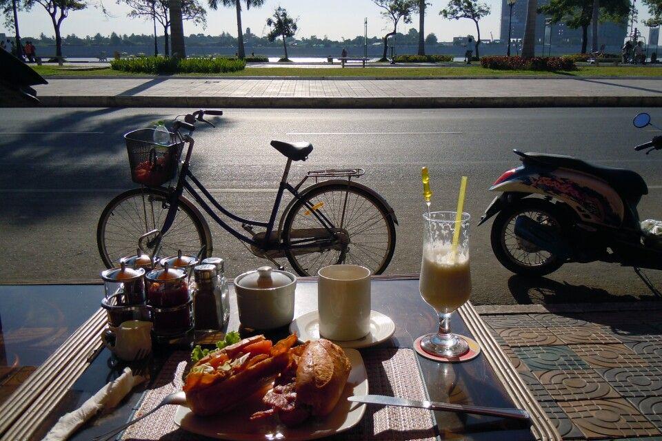Frühstück am Mekongufer in Phnom Penh