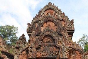 Außergewöhnlich sind die Flachreliefs auf den Portalgiebeln in Banteay Srei