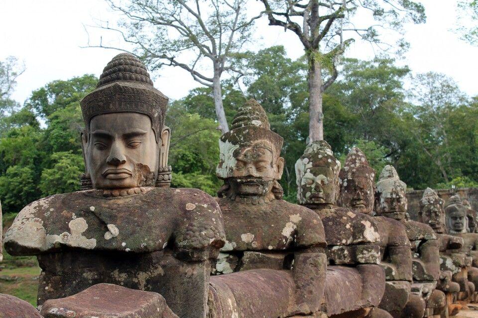 Brücke zu Angkor Thom über den Wassergraben mit Dämonen und Göttern