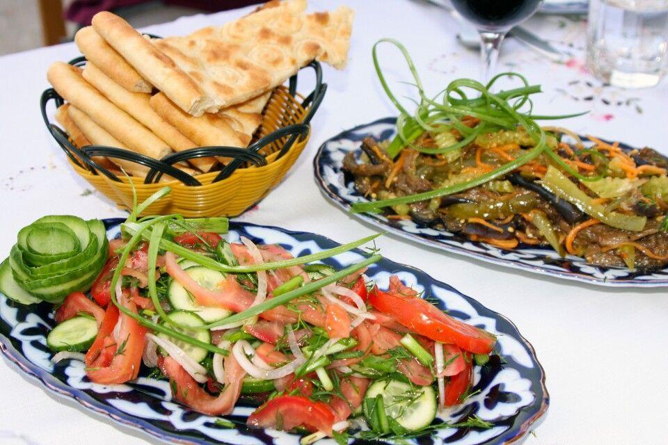 Abendessen im Restaurant in Chiwa - frischer Salat sollte hier zu keiner Mahlzeit fehlen