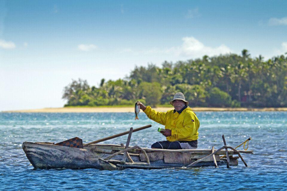 Mann im Kanu auf Tonga