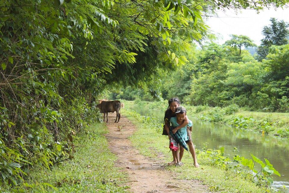 An einem Kanal auf einer Wanderung bei Vang Vieng