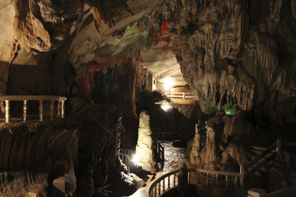 In einer Höhle der Karstberge bei Vang Vieng