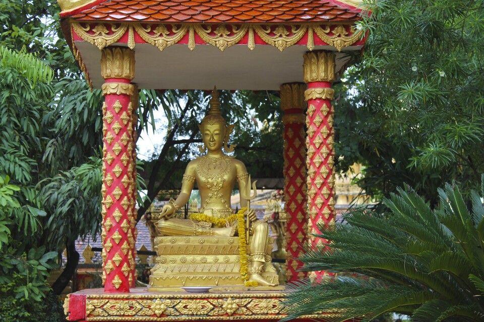 Im Innenhof eines Wats in Vientiane