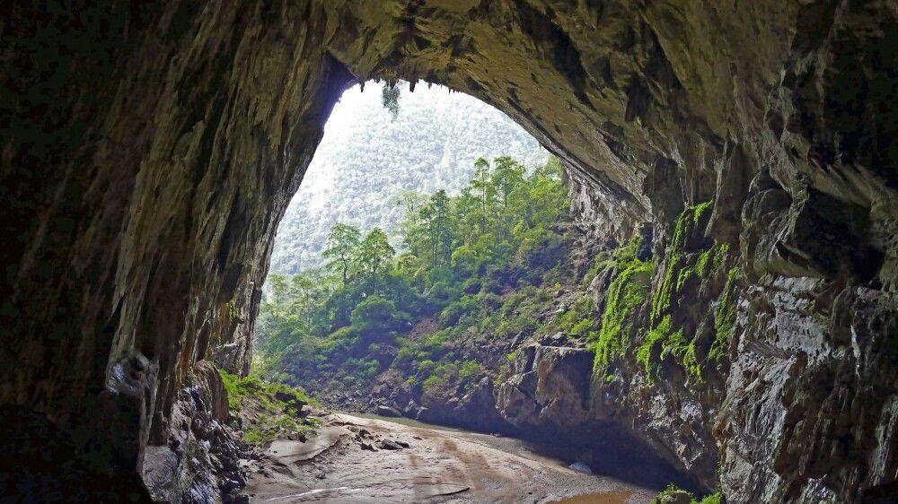 Blick ins Freie aus der Hang-En-Höhle hinaus, in der übernachtet wird – ein ganz besonderes Erlebnis