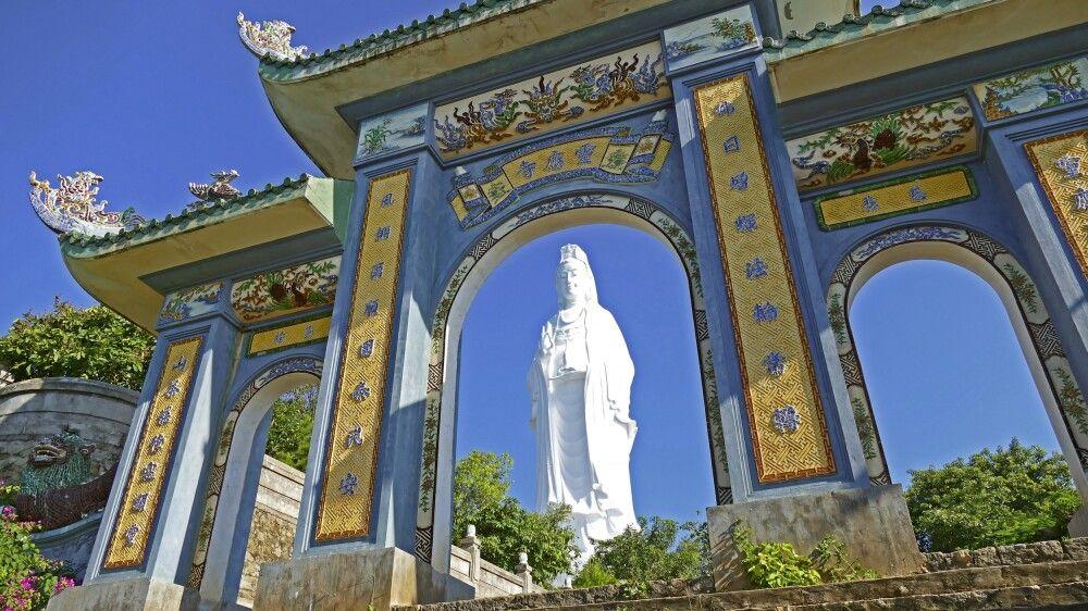 Tempelanlage in Daang auf der Son-Tra-Halbinsel mit dem größten buddhistischen Avalokiteshvara-Statue Vietnams