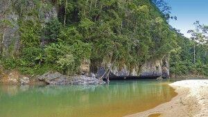 Sandbank vor einer der zahlreichen unterirdisch durchflossenen Grotten im Phong-Nha-Nationalpark