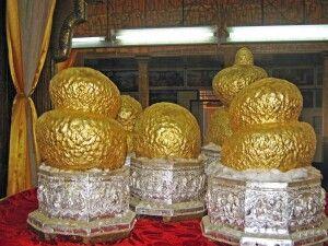 Fünf über und über mit Gold beklebte Buddha-Figuren am Inle-See