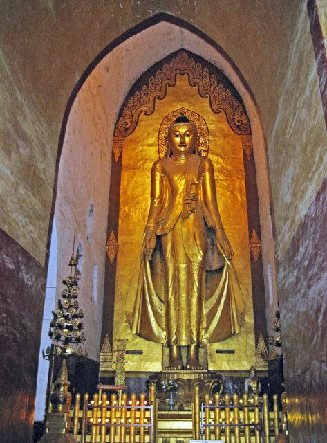 Großer stehender Buddha in der Ananda-Pagode in Bagan