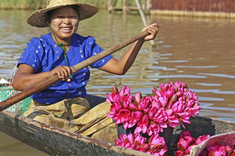 Marktfrau auf dem Inle-See mit Lotosblumen