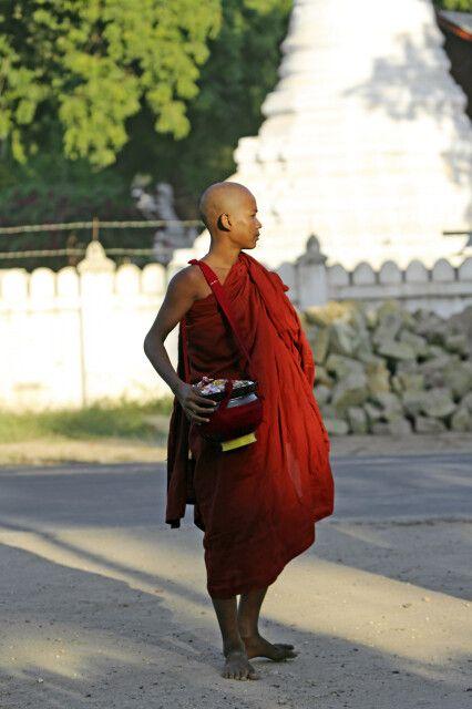 Junger Mönch nach dem Almosengang