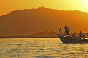 Stilvolles Gleiten in den Sonnenuntergang auf dem Irrawaddy