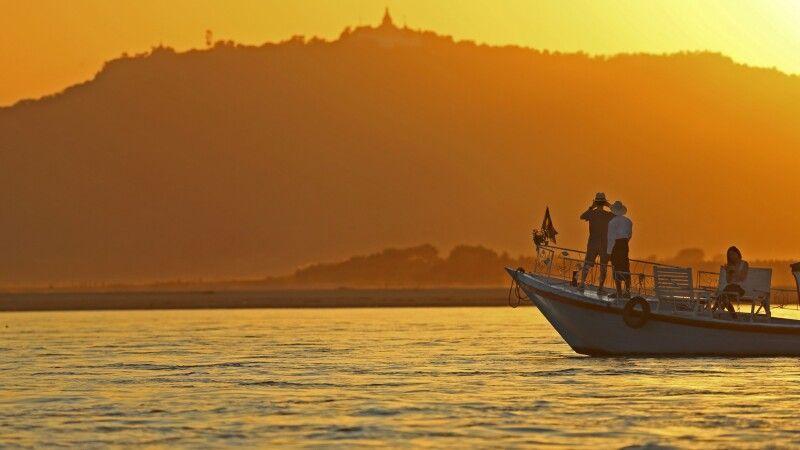 Stilvolles Gleiten in den Sonnenuntergang auf dem Irrawaddy © Diamir