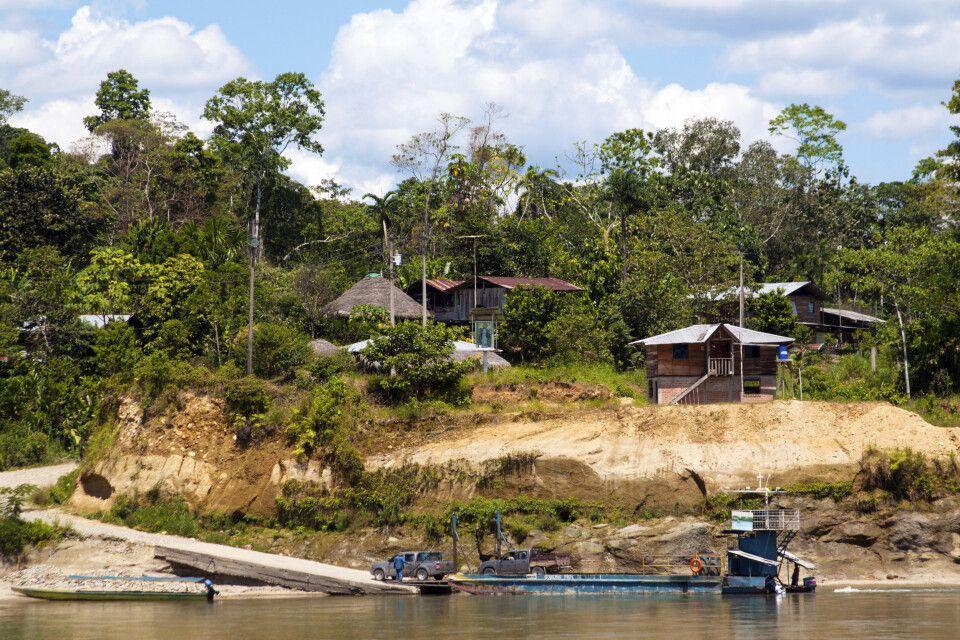 Regenwald mit Fähre bei Punta Ahuano