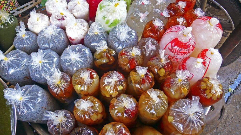 Süßspeisen fertig zum Verzehr verpackt auf dem Markt