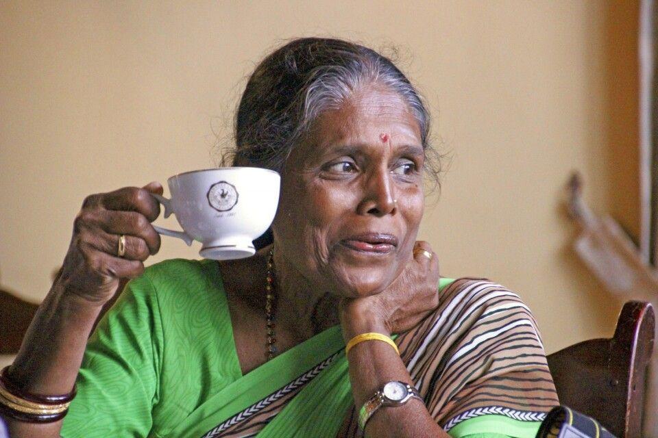 Alte Frau bei Teeverkostung