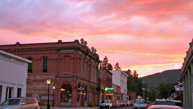 Die kleine Stadt Jacksonville bei Sonnenuntergang © Diamir