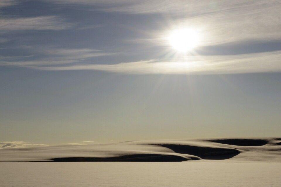 Mitternachtssonne über dem im Juni noch verschneiten Spitzbergen