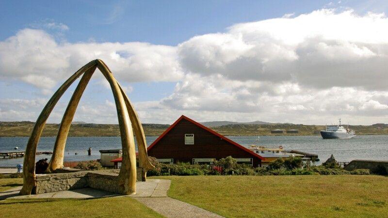 Bogen aus Walknochen in Stanley, Falkland-Inseln © Diamir