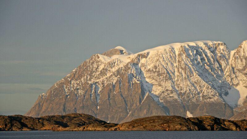 Kleine Hügel werden von mächtigen Bergen überragt © Diamir