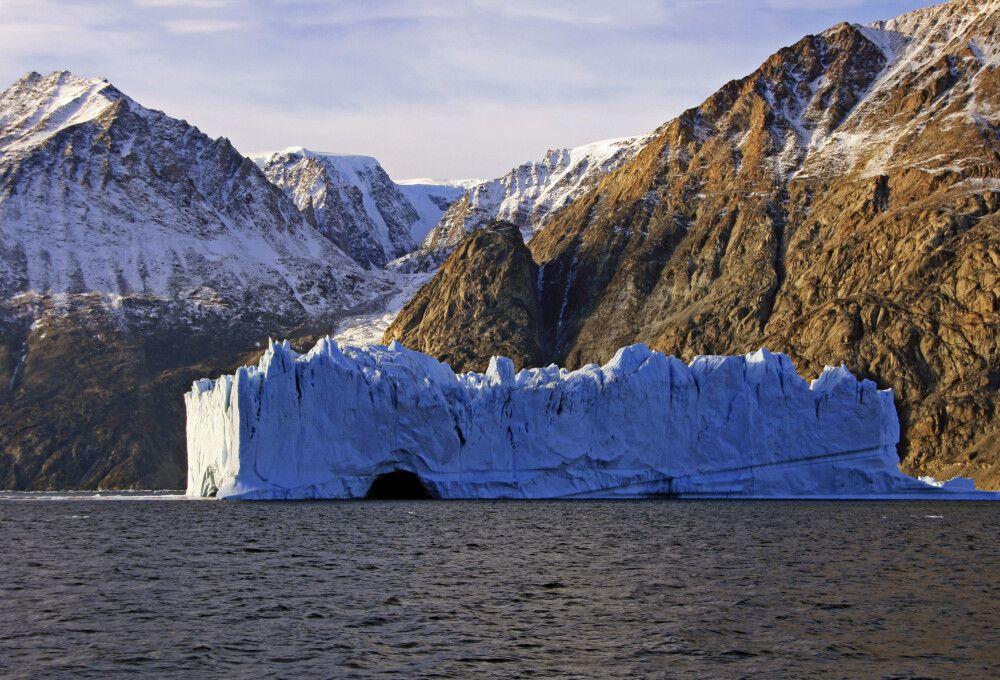 Haushoher Eisberg im Fredereicksdal, Scoresby-Sund