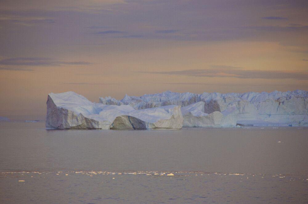 Eisberge im sanften Abendlicht