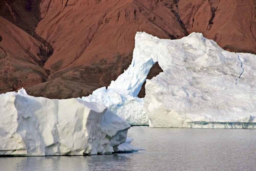 Im Rodefjord trifft roter Sandstein auf weiße Eisberge