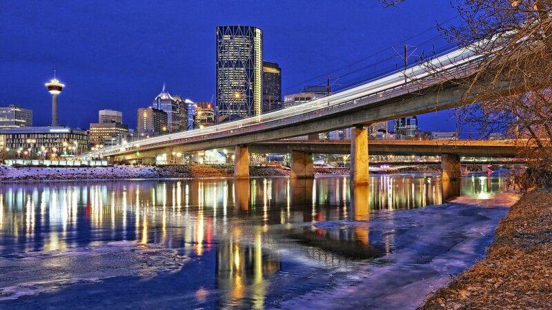 Das Stadtzentrum von Calgary bei Nacht © Diamir