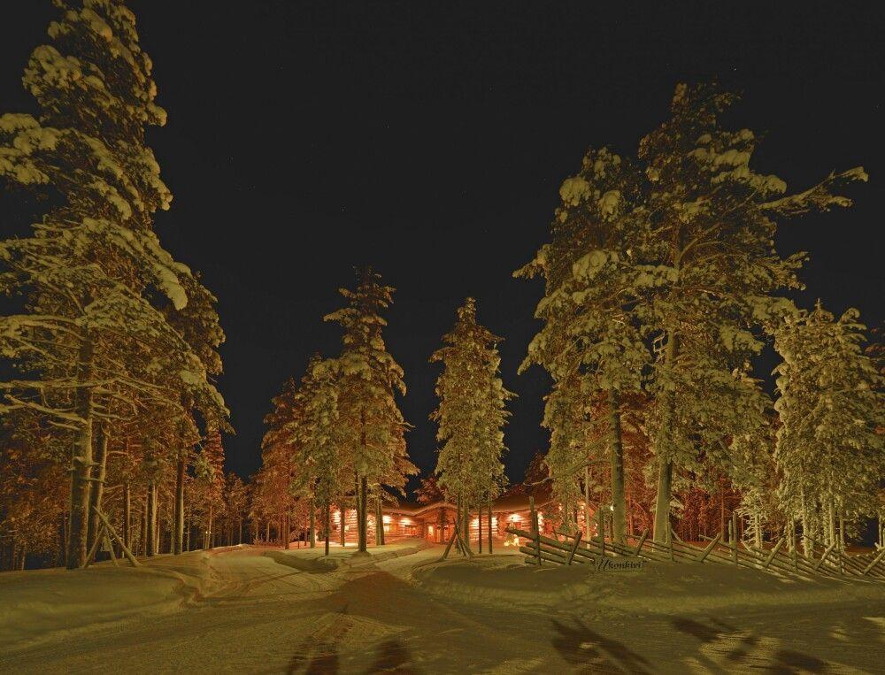 Winterliche Nachtaufnahme der Lodge