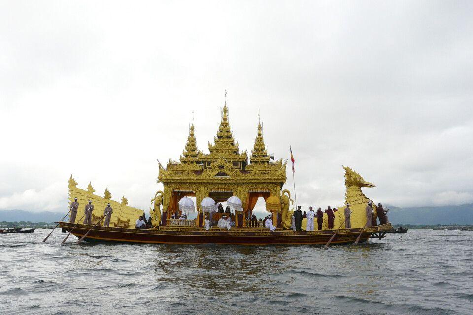 Hauptbarke während der Prozession zum  Phaung Daw Oo Festival am Inle-See
