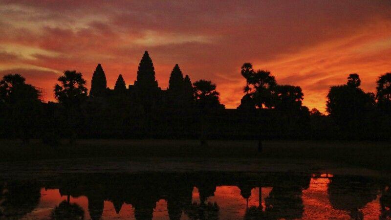 Die Silhouette des imposanten Angkor Wat im Morgenlicht © Diamir