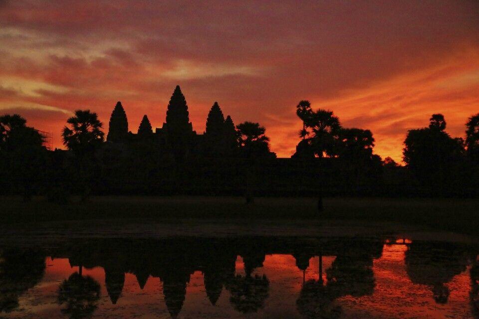 die Silhouette des imposanten Angkor Wat im Morgenlicht