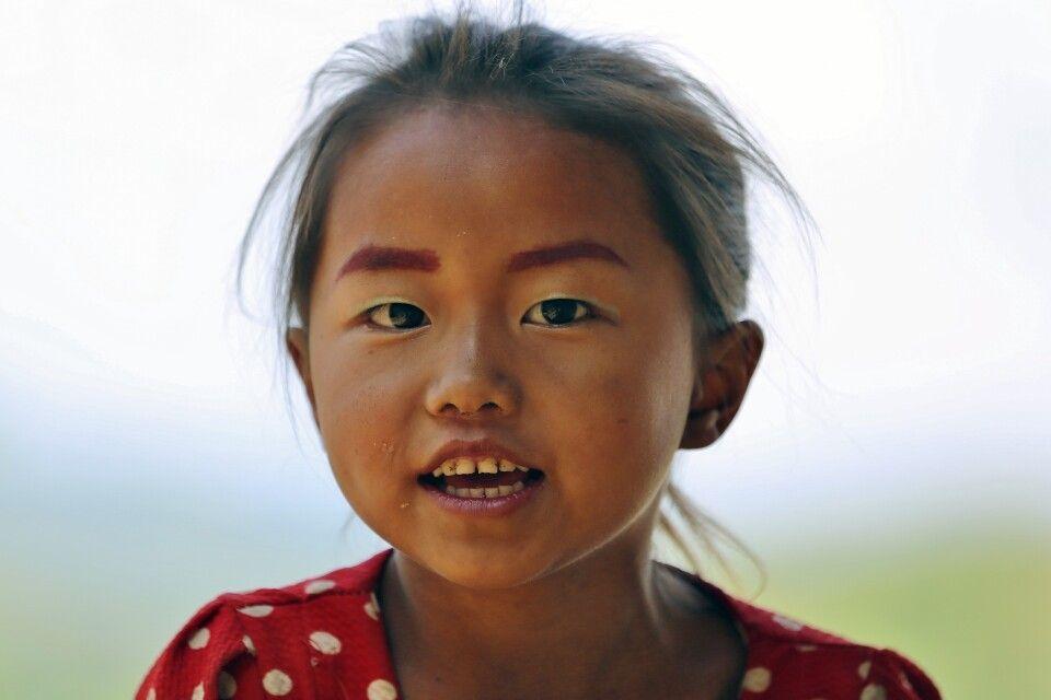 Portrait eines Kindes in einem Bergdorf in Laos